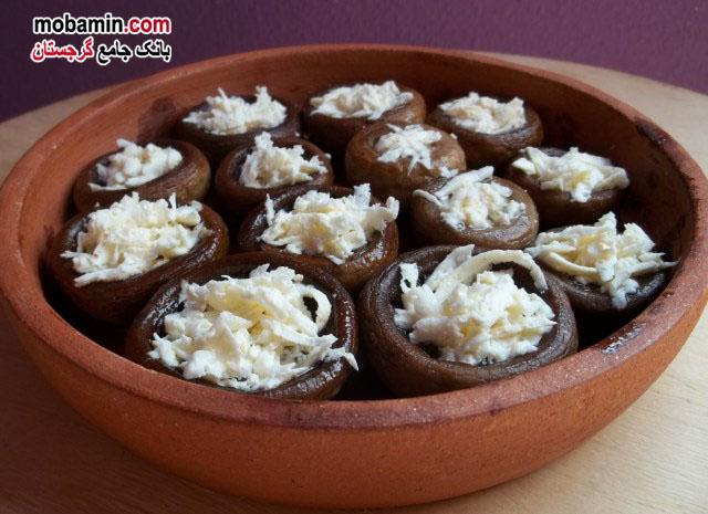 طرز تهیه ی قارچ پخته شده به همراه پنیر سولگونی