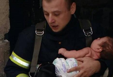 آتش نشان جوان جان کودک چندماهه را نجات داد