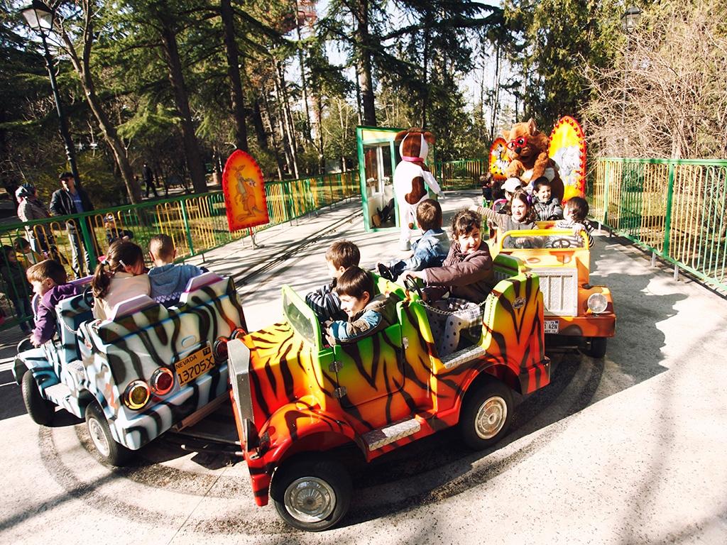 سرگرمی های کودکان و بزرگسالان در پارک متاسمیندا در تفلیس گرجستان
